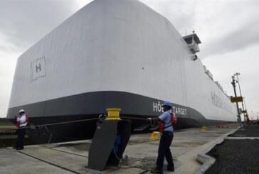 El buque portavehículos más grande del mundo cruza el canal de Panamá